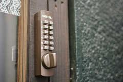 玄関の鍵はナンバー式です。(2015-01-14,周辺環境,ENTRANCE,1F)
