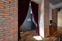 リビングと廊下の間にはカーテンが設置されています。(2016-03-15,共用部,OTHER,2F)