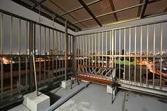屋根付きで、ベンチも置かれています。(2015-12-10,共用部,OTHER,6F)