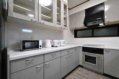 収納棚にはトースター、電気ケトル、炊飯器が設置されています。(2018-09-12,共用部,KITCHEN,2F)
