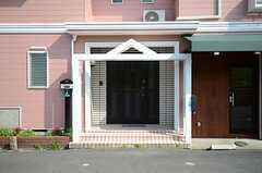 シェアハウスの正面玄関の様子。1Fにはテナントスペースもあります。(2013-04-09,周辺環境,ENTRANCE,1F)