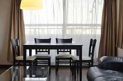 ソファに座るとこんな感じ。掃き出し窓からベランダに出られます。(2013-04-09,共用部,LIVINGROOM,2F)