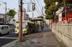 物件から徒歩5分ほどの距離に、梅田行きのバス停があります。(2013-04-09,共用部,ENVIRONMENT,1F)
