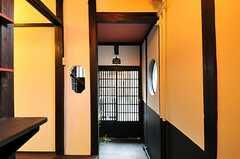 内部から見た玄関周辺の様子。(2012-07-15,周辺環境,ENTRANCE,1F)