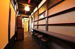 リビングの様子。cafeなどを想定してテナントを募集していますので、入居者さんも同じ店舗空間をリビングとして使えます。(2012-07-15,共用部,LIVINGROOM,1F)