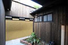 中庭があり、こちらでは喫煙も可能。(2012-07-15,共用部,OTHER,1F)