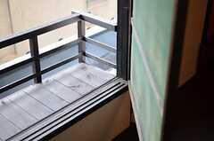 網戸の様子。引き戸ではないので、普段は室内の壁際にぴったり付けて保管します。(201号室)(2012-07-15,専有部,ROOM,2F)