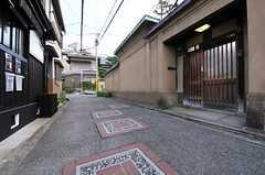 シェアハウス前の道路には、可愛らしい装飾。(2012-07-15,共用部,ENVIRONMENT,1F)
