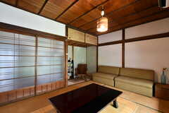 居間の様子2。ソファが設置されています。(2018-07-17,共用部,LIVINGROOM,1F)