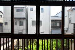 窓の外から庭のグリーンが目に入ってきます。(202号室)(2018-07-17,専有部,ROOM,2F)