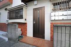 シェアハウスの正面玄関。(2012-10-25,周辺環境,ENTRANCE,1F)
