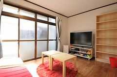 リビングの様子4。掃き出し窓からはベランダに出られます。(2012-10-25,共用部,LIVINGROOM,1F)