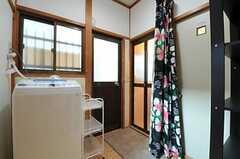 水まわりの様子。脱衣スペースはカーテンを引いて使用します。(2012-10-25,共用部,OTHER,1F)