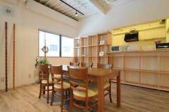 ダイニングスペースの様子。奥にキッチンがあります。(2013-12-17,共用部,LIVINGROOM,1F)