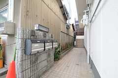 各棟ごとの玄関は外階段からアクセスします。アプローチにはポストが用意されています。(2013-12-17,周辺環境,ENTRANCE,1F)