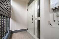 玄関ドアの様子。(C棟)(2013-12-17,周辺環境,ENTRANCE,2F)