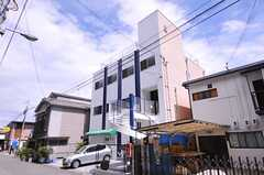 建物の外観。2-3Fがシェアハウスです。(2012-07-15,共用部,OUTLOOK,1F)