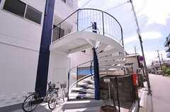 正面玄関へは螺旋階段を上がります。自転車はこの辺りに置くことができます。(2012-07-15,共用部,OTHER,1F)