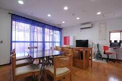 リビングの様子。掃き出し窓の先は共用のベランダです。2012年12月現在、ベンチは撤去され代わりにソファが設置されているのだそう。(2012-07-15,共用部,LIVINGROOM,2F)