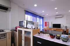 キッチン家電と食器棚の様子。(2012-07-15,共用部,KITCHEN,2F)