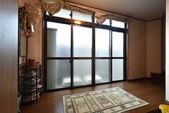 玄関から見た内部の様子。上がって右手に階段があります。(2016-08-25,周辺環境,ENTRANCE,1F)