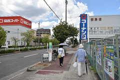 近隣には関西スーパーとコーナンがあります。(2016-08-23,共用部,ENVIRONMENT,1F)