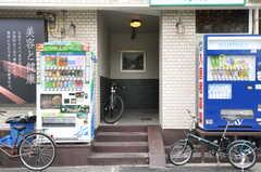 マンションの正面玄関。自動販売機があります。(2013-07-18,周辺環境,ENTRANCE,1F)
