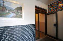ガラス戸の対面にマンションのゴミ置き場があります。(2013-07-18,周辺環境,ENTRANCE,1F)