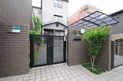 シェアハウスの門扉の様子。1、2階はオーナーさん住戸で、入り口は共用となります。(2013-06-01,周辺環境,ENTRANCE,1F)