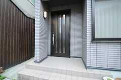 シェアハウスの玄関ドアの様子。(2013-06-01,周辺環境,ENTRANCE,1F)