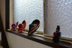 階段にはエスニックな小物が飾られています。(2015-08-11,共用部,OTHER,2F)