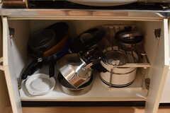 ガスコンロの下は共用の鍋やフライパンが収納されています。(2017-05-16,共用部,KITCHEN,2F)