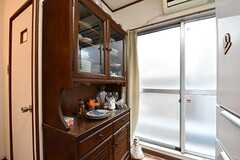 掃き出し窓の脇に共用の食器棚が設置されています。(2017-05-16,共用部,KITCHEN,2F)