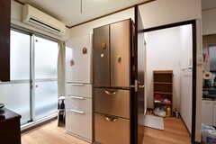 冷蔵庫が2台並んでいます。冷蔵庫の脇が脱衣室です。(2017-05-16,共用部,KITCHEN,2F)