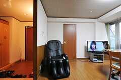 リビングの様子3。TV脇のドアが401号室です。(2012-11-26,共用部,LIVINGROOM,4F)