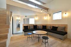 リビングの様子2。作り付けのソファが設置されています。(2018-02-13,共用部,LIVINGROOM,1F)