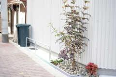 自転車置き場の様子2。木も植えられています。(2018-02-13,共用部,GARAGE,1F)