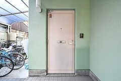 シェアハウスの玄関ドア。(2017-04-03,周辺環境,ENTRANCE,1F)