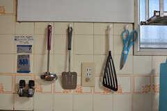 キッチンツールは壁に掛けて収納します。(2017-04-03,共用部,KITCHEN,1F)