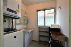 脱衣室の様子。洗面台や洗濯機、乾燥機が設置されています。(2017-04-03,共用部,BATH,1F)