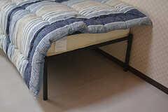ベッドは少し高めで、収納ケースなどを入れることができます。(101号室)(2017-04-03,専有部,ROOM,1F)