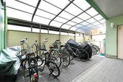 自転車置場の様子。マンションの共用スペースです。(2017-04-03,共用部,GARAGE,1F)