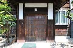 玄関は引き戸です。(2013-08-22,周辺環境,ENTRANCE,1F)