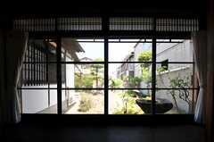 窓からは庭に出られます。(2013-08-22,共用部,LIVINGROOM,1F)