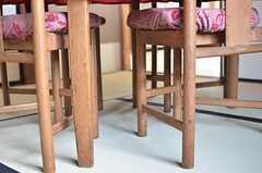 丸テーブルにぴったりと収まるよう、椅子の前面はすぼまっています。(2013-08-22,共用部,LIVINGROOM,1F)
