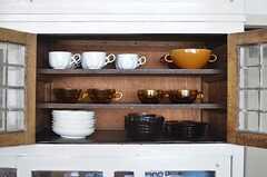 食器棚の様子。選ばれた食器も良い感じ。(2013-08-22,共用部,KITCHEN,1F)
