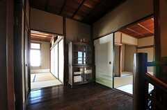 廊下の様子。左から201、202、203号室です。(2013-08-22,共用部,OTHER,2F)
