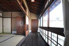 縁側の様子。正面のドアは元々洋室とつながっていましたが、現在は閉め切りです。(202号室)(2013-08-22,専有部,ROOM,2F)