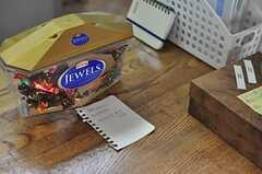 GW明けだったせいか、カウンターには入居者さんのお土産が色々。(2012-05-08,共用部,KITCHEN,1F)