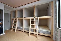 下はベッド、上は荷物置き場として使えます。共用の収納も用意されています。(301号室)(2017-03-06,専有部,ROOM,3F)